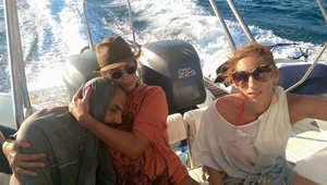 عارضة أزياء يونانية على متن يخت بإجازة تنقذ لاجئا سوريا تائها في البحر