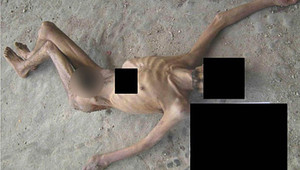 صورة تظهر بقايا رجل هزيل يزعم أنه قتل في السجون السورية