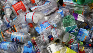 آخر صيحات الحفاظ على البيئة تحول الزجاجات البلاستيكية إلى وقود