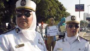 سيدتان من الشرطة النسائية المصرية تراقبان مظاهرة نسائية ضد التحرش في القاهرة 14 يونيو/ حزيران 2014