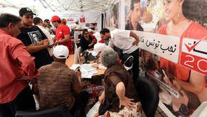 تونسيين يملأون وثائق التسجيل في القوائم الانتخابية للانتخابات البرلمانية والرئاسية المقبلة