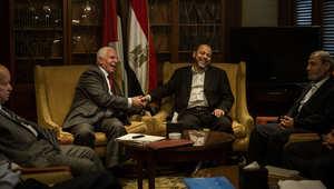 مصافحة بين ممثلين عن حركتي فتح وحماس في فندق بالعاصمة المصرية القاهرة