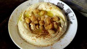 طبق من الحمص في مطعم في مدينة طرابلس في لبنان