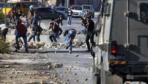 فلسطينيون يرشقون الحجارة باتجاه القوات الإسرائيلية على الطريق المؤدي لمستوطنة بيت إيل شمال رام الله