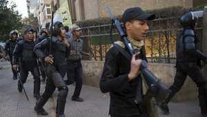 رجال أمن مصريون يلاحقون متطاهرين من جماعة الإخوان المسلمين في القاهرة، ديسمبر/ كانون الأول 2013