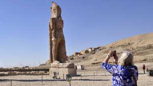 مصر.. تمثال الفرعون امنحوتب الثالث يرتفع مرة أخرى بمصر بعد 3000 عام