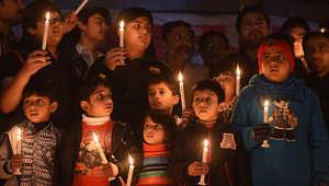 أطفال باكستانيون يضيؤون الشموع حزنا على ضحايا مدرسة الأطفال الذي سقطوا في هجوم شنته حركة طالبان 18 ديسمبر/ كانون الأول 2014
