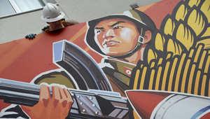 عمال يزيلون لوحة إعلانية لفيلم المقابلة بعدما قررت شركة سوني سحبه، هوليوود كاليفورنيا، 18 ديسمبر/ كانون الأول 2014