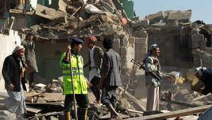 رجال البحث والانقاذ في موقع أحد الغارات التي شنتها الطائرات السعودية في العاصمة صنعاء على مواقع الحوثيين 26 مارس/ آذار 2015