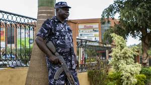 شاهد: تفجير سيارة بفندق مكة المكرمة بمقديشو تبعه اقتحام لمسلحين