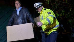 محقق يحمل صندوقا يحتوي مقتنيات من شقة أندريه لوبيتز مساعد قائد طائرة جيرمان ونيغز، التي تحطمت الثلاثاء فوق جبال الالب الفرنسية ، 26 مارس/ آذار 2015