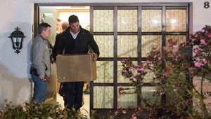 محقق ألماني يخرج وبين يدييه صندقا يحوي مواد تمت مصادرتها من شقة مساعد الطيار أندريه لوبيتز