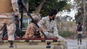 فيديو يظهر عناصر من الميليشيات الليبية يسبحون داخل مجمع السفارة الأمريكية بطرابلس