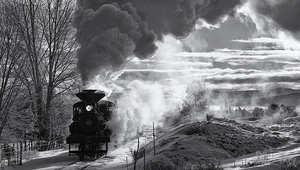 قطارات بخارية من الماضي تستقبل المسافرين بدخانها في رحلة عبر الزمن