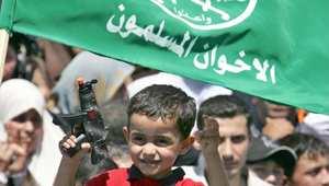 أرشيف - طفل يحمل لعبة على شكل مسدس في مظاهرة للإخوان المسلمين بعمان عام 2006