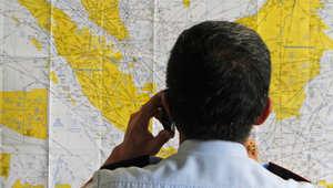 بكاء وترقب من أهالي ركاب الطائرة الأندونيسية المفقودة وفرق البحث تحاول العثور على الحل