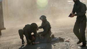 صورة ارشيفية لعناصر بالشرطة الإسرائيلية تعتقل فلسطينيا العام 2010