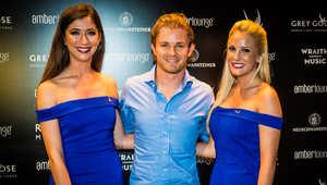نيكو روزبرغ سائق مرسيدس الفائز بلقب سباق جائزة أبوظبي الكبرى من بطولة العالم للفورمولا 1
