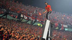 مشجعو نادي الأهلي المصري يهتفون لفريقهم خلال مباراة لكرة القدم ضد فريق الزمالك في يونيو 2011