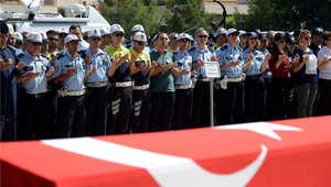 ضباط شرطة أتراك في تشييع جنازة زميلهم الذي قتل الخميس في إطلاق نار عبر الحدود من سوريا، 23 يوليو/ تموز 2015