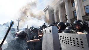 أوكرانيا: عشرات الجرحى في اشتباكات بين متظاهرين والأمن أمام البرلمان