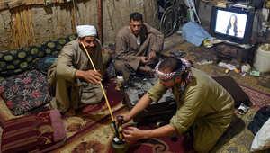 فلاح مصري يدخن النرجيلة مع أصدقائه في قرية شما في محافظة دلتا النيل