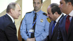 الرئيس الروسي فلاديمير بوتين يصافح الرئيس المصري عبدالفتاح السيسي خلال افتتاح المؤتمر العالمي لتغير المناخ في باريس