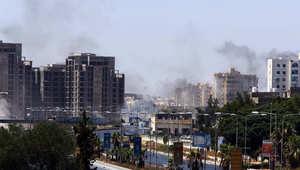 الدخان يتصاعد من منطقة المطار في العاصمة الليبية طرابلس
