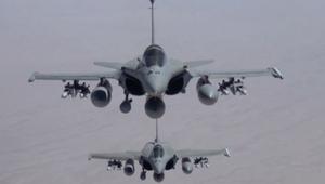 فرنسا تشن أولى غاراتها الجوية ضد