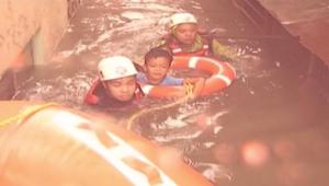 الكاميرا توثق لحظة انقاذ أطفال من فيضانات الفلبين