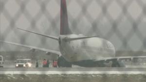 انزلاق طائرة أمريكية على المدرج لدى هبوطها بسبب الجليد