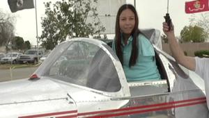 ما الذي لا يمكن لامرأة بدون ذراعين القيام به؟.. قيادة طائرة؟.. الإجابة: لا
