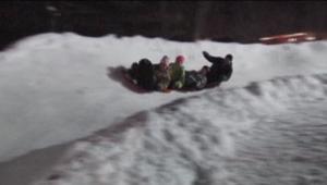 بالفيديو.. رجل يحول فناء منزله لمتنزه ومضمار للتزلج