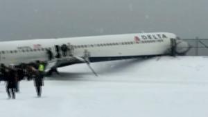 طائرة دلتا أمريكية تنزلق على مدرج المطار بسبب الثلوج