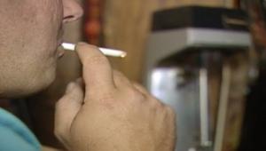 دراسة تربط بين التدخين والكحول وآلام الظهر
