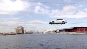 سيارة الجاغوار الجديدة تجوب سماء لندن على الحبال