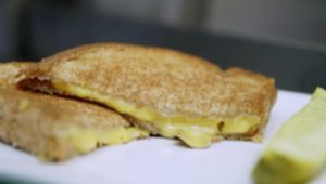 ما علاقة الجبن المشوي بالسفر والمغامرة والجنس؟