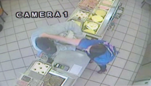 بالفيديو.. عاملة تضرب لصا وتسترجع مالا سرقه من متجرها