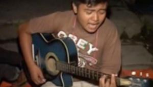 فقط في نيبال.. شباب شردهم الزلزال يقضون الوقت بالغناء في العراء