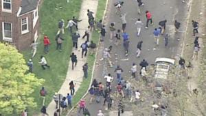 بالفيديو.. اشتباكات بين الشرطة ومحتجين في بالتيمور بأمريكا تأخذ منحا عنيفا