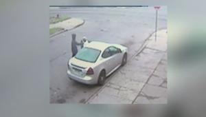 مجرمان يهاجمان امرأة مسنة ويسرقان حقيبتها وسيارتها