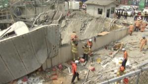 شاهد.. انهيار جزء من مصنع للكيماويات بعد انفجاره