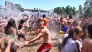معارك مائية بين مئات الأوكرانيين لمواجهة موجة الحر