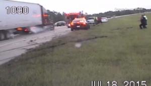 شاحنة تداهم فرق الإنقاذ خلال عملهم في حادث مروري