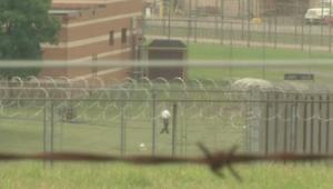 طائرة بدون طيار تلقي شحنة مخدرات على سجن