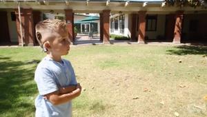 طفل أصمّ يسمع صوت أسرته لأول مرة بعد زراعة جهاز بالدماغ