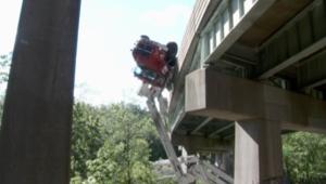 انقلاب شاحنة من جسر وتعلقها في الهواء