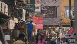 مجار مكشوفة وكلاب ضالة.. نظرة إلى أرقى سوق في الهند