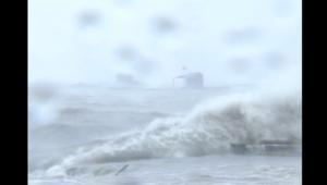 شاهد.. إعصار وموجات مد عاتية في مقاطعة هاينان بالصين