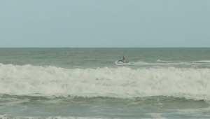 شاهد كيف فاجأ راكب أمواج أطفالاً على شاطيء بفلوريدا